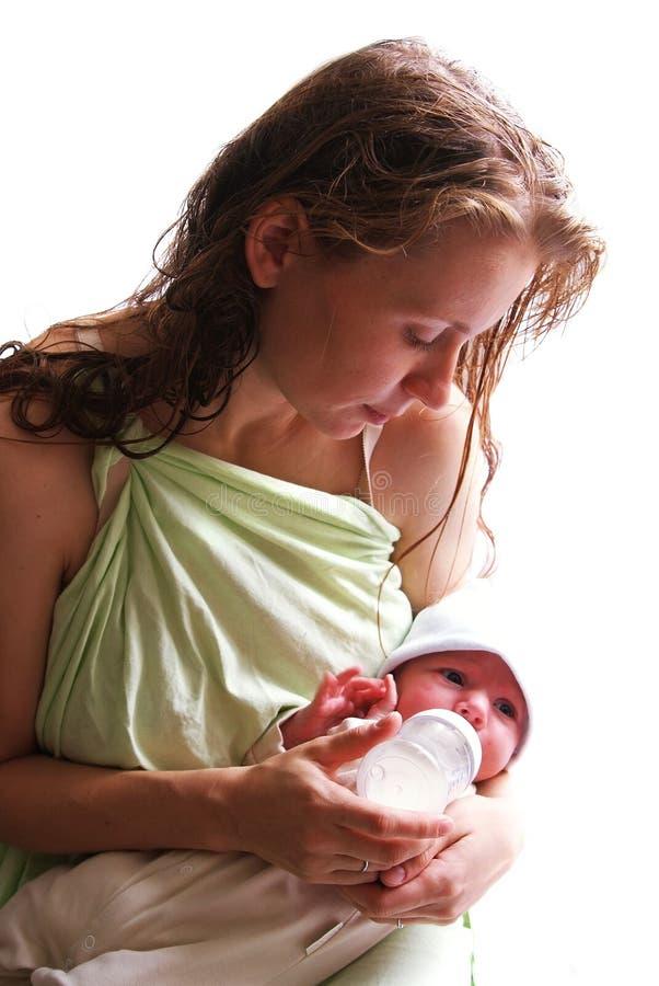 Mutter speist ihr neugeborenes Schätzchen lizenzfreie stockfotos
