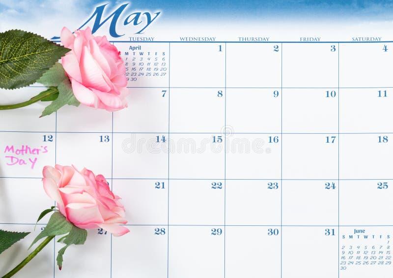 Mutter-Tagesfeiertagsdatum markiert auf Kalender mit rosa Rosen lizenzfreies stockbild