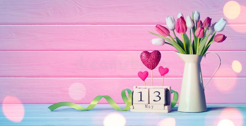 Mutter-Tagesgruß-Karte - Tulpen und Kalender stockbilder
