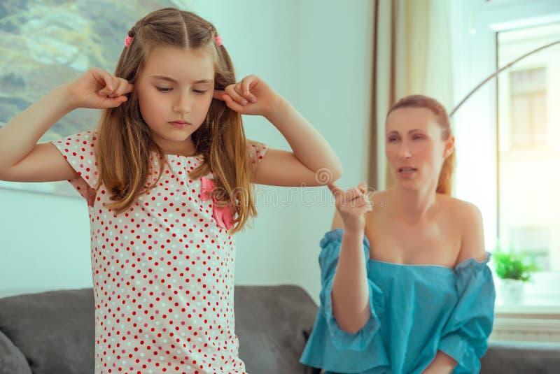 Mutter-Tochter-Konflikt lizenzfreie stockbilder