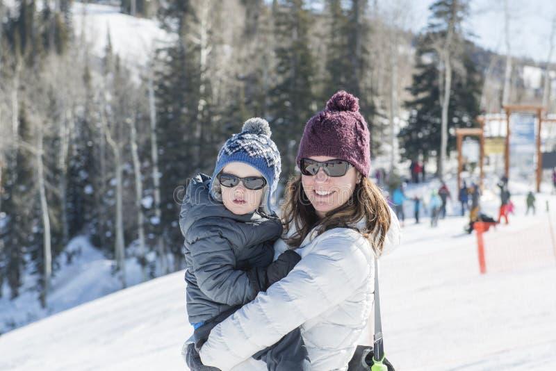 Mutter-u. Kleinkind-Sohn auf die Oberseite von Ski Mountain in Colorado lizenzfreies stockfoto