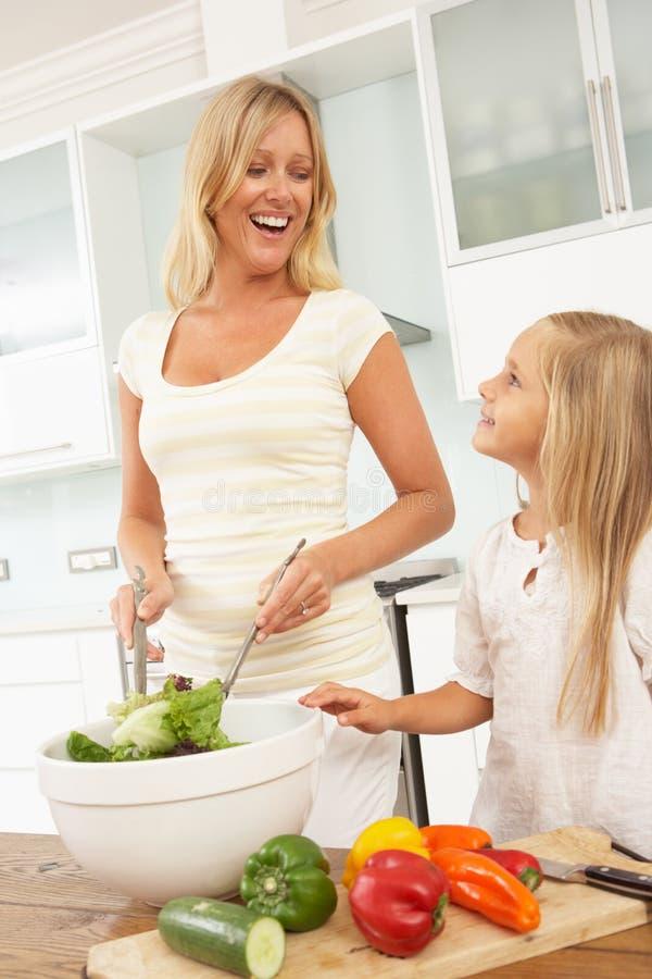 Mutter U. Tochter, Die Salat Zubereiten Stockfoto - Bild