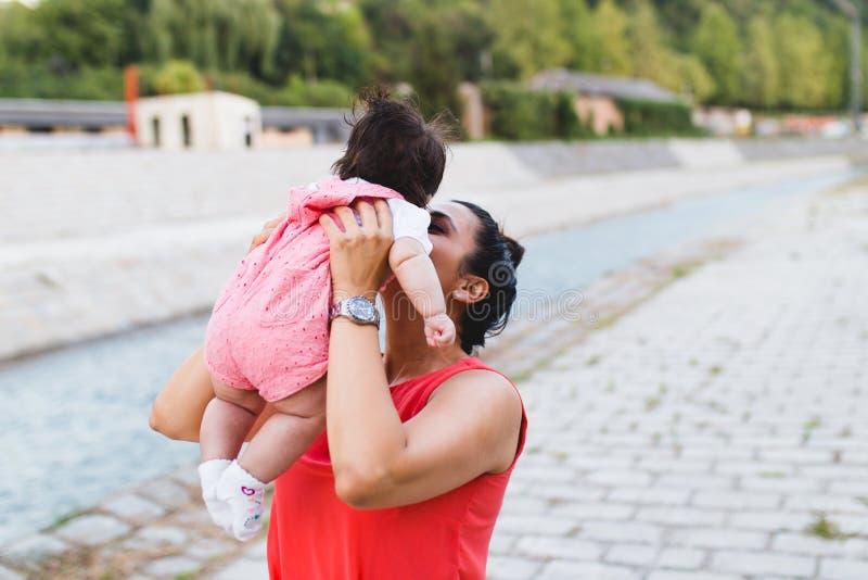 Mutter und Baby, die draußen genießen stockfoto