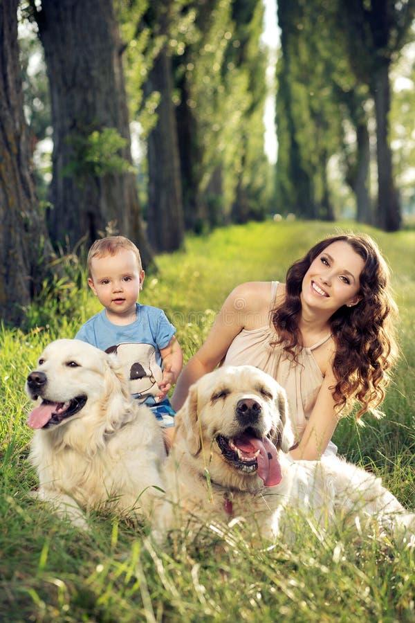 Mutter und Baby, die mit Haustieren spielen stockfoto