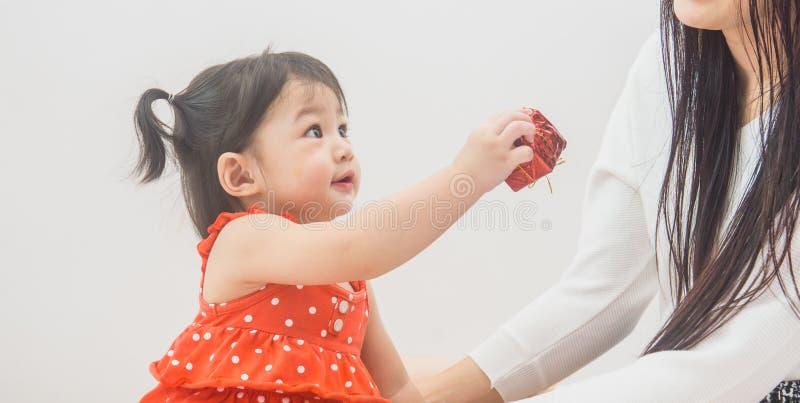 Mutter und Baby, die nach Hause an den Weihnachtsfeiertagen spielen lizenzfreies stockfoto