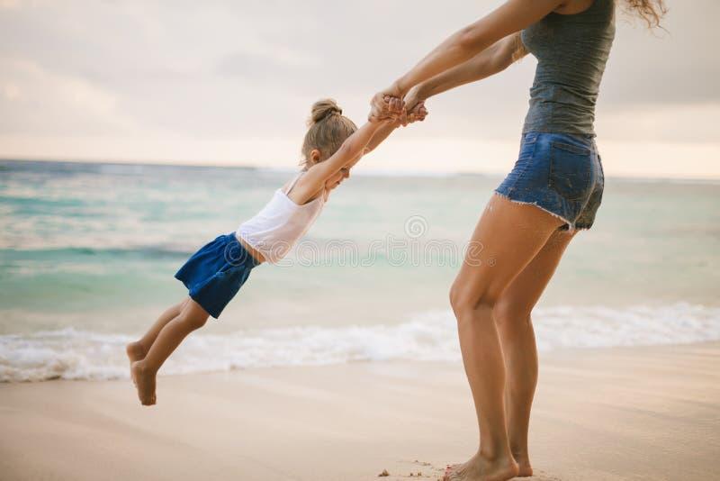 Mutter und Baby, die nahe Strand spielen Mit Familie reisen, Kind lizenzfreies stockfoto
