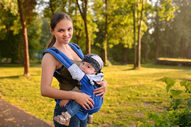Mutter und Baby, die in Park gehen stockbild