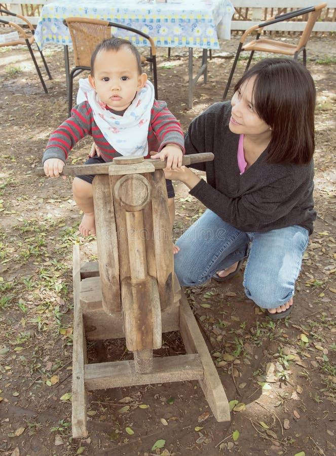 Mutter und Baby, Familienszene lizenzfreie stockfotografie