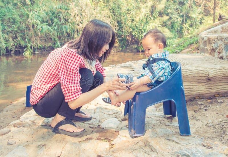 Mutter und Baby, Familienszene stockbilder