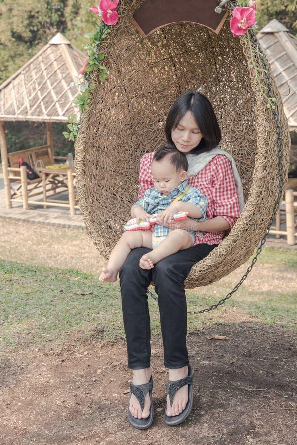 Mutter und Baby, Familienszene lizenzfreie stockbilder