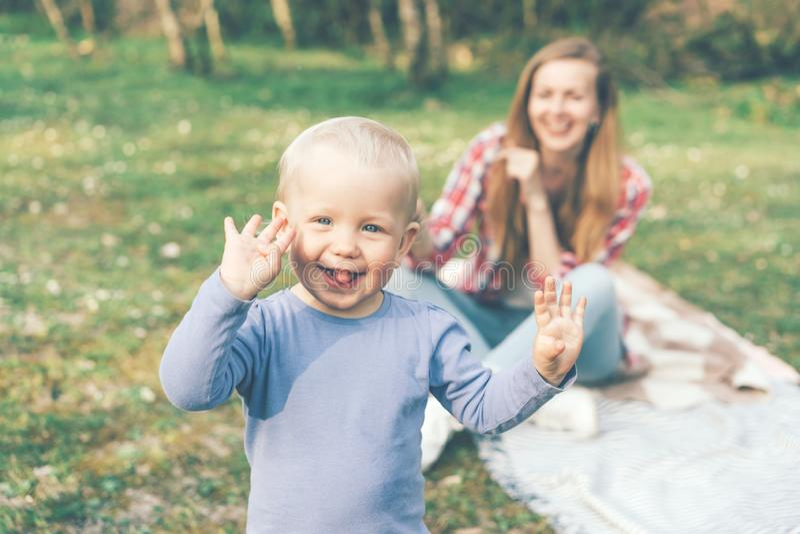 Mutter und Baby freuen sich und lachen stockfotos