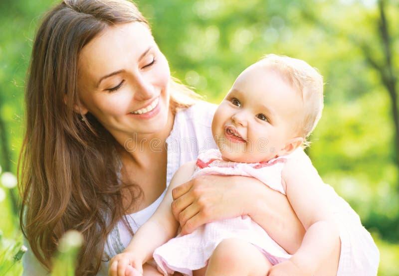 Mutter und Baby im Freien stockfoto
