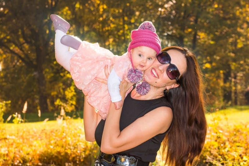 Mutter und Baby im Herbst lizenzfreie stockfotografie