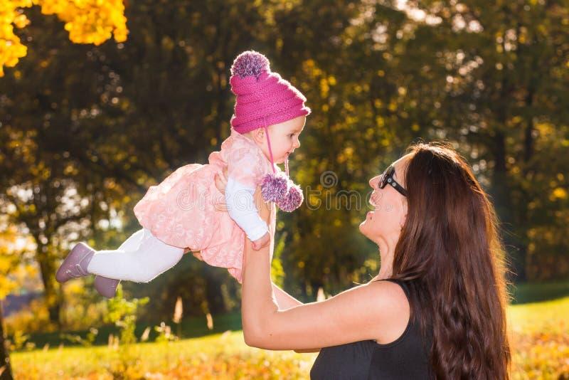Mutter und Baby im Herbst lizenzfreie stockfotos