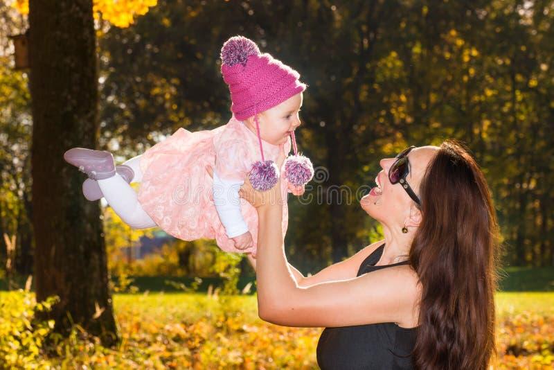 Mutter und Baby im Herbst lizenzfreies stockfoto