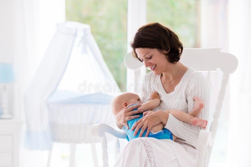 Mutter und Baby im Schlafzimmer lizenzfreie stockfotografie