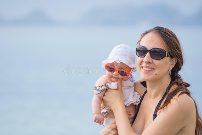 Mutter und Baby in Meer lizenzfreies stockbild
