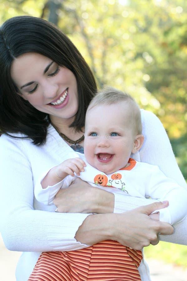 Mutter und Baby mit Blumen - Fall-Thema lizenzfreies stockfoto