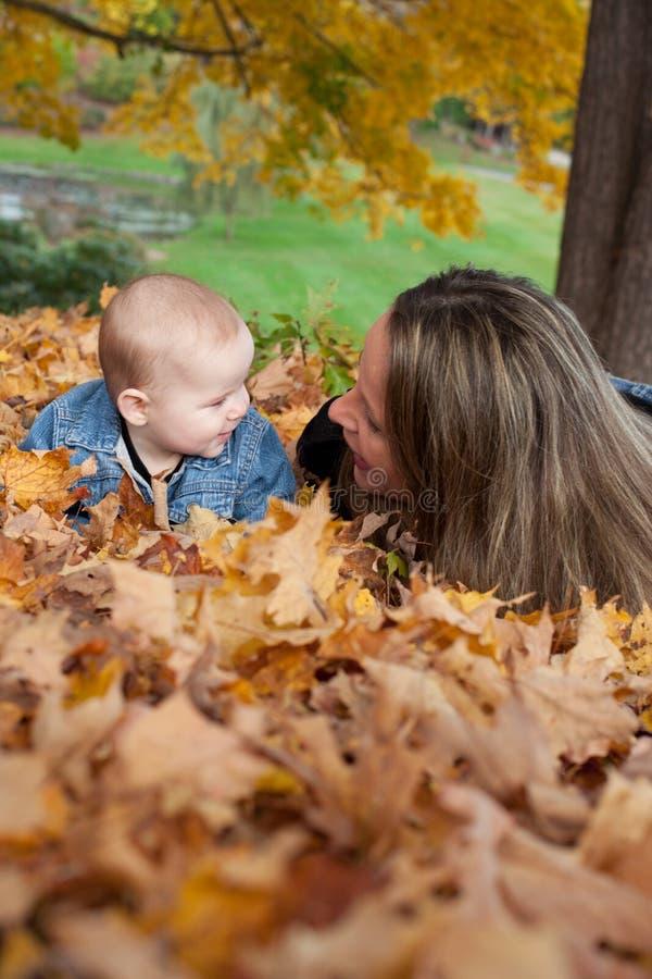 Mutter-und Baby-Tochter in Autumn Leaves lizenzfreie stockfotos