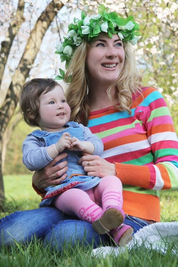 Mutter- und Babylachen lizenzfreies stockbild