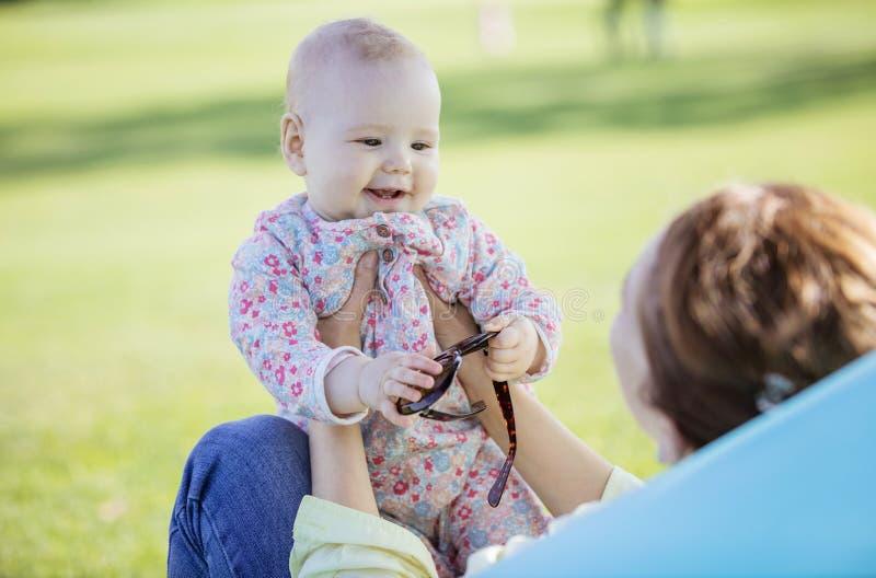 Mutter- und Babytochter im Sommerpark lizenzfreies stockfoto