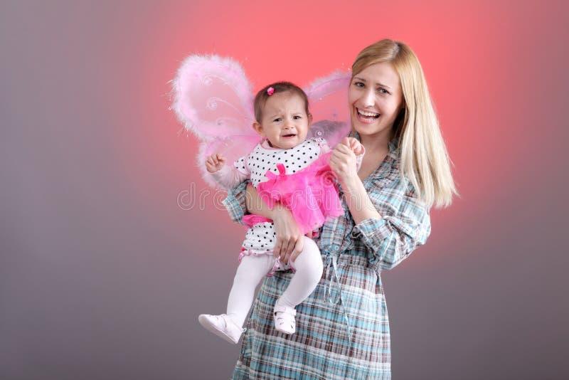 Mutter- und der Tochterlustige Ausdrücke lizenzfreies stockbild