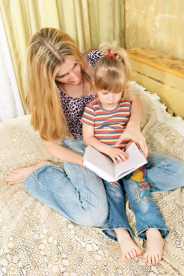Mutter- und des kleinen Mädchensmesswert lizenzfreie stockbilder