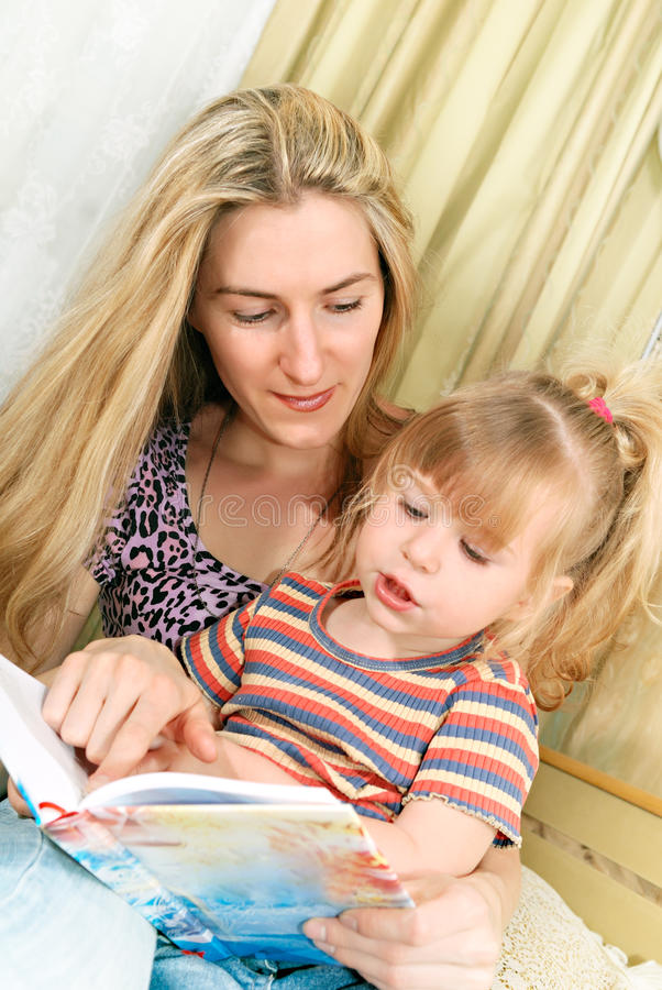 Mutter- und des kleinen Mädchensmesswert stockbild