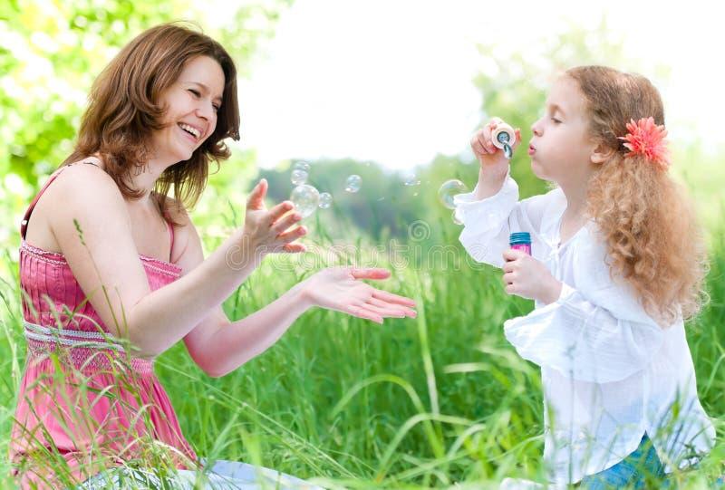 Mutter- und duaghterspielen lizenzfreies stockfoto