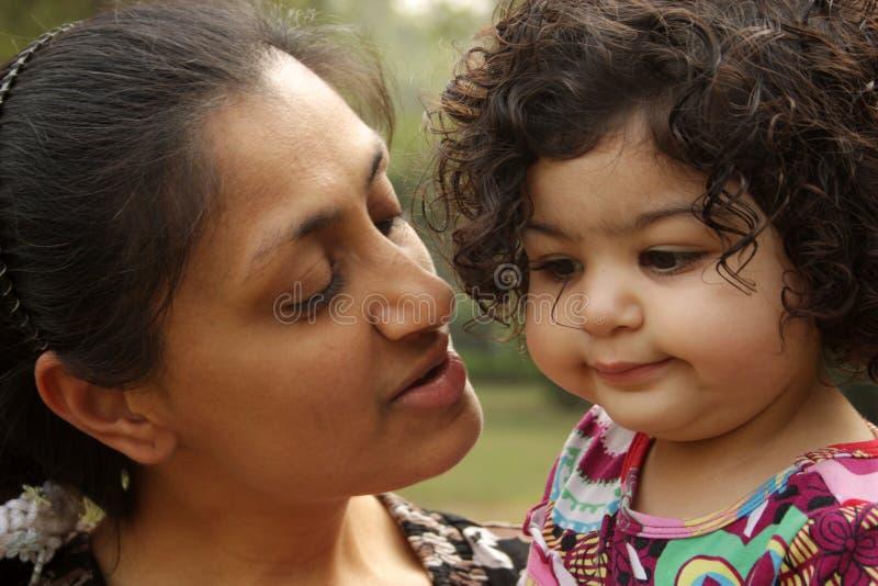 Mutter und ein Kind stockbilder