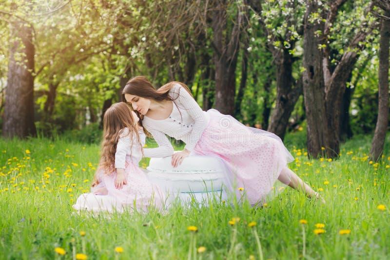 Mutter und ein kleiner Tochterweg im Frühjahr blühendes Apple stockfotografie