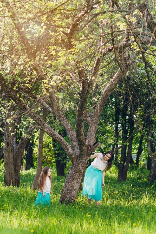 Mutter und ein kleiner Tochterweg im Frühjahr blühendes Apple stockbild