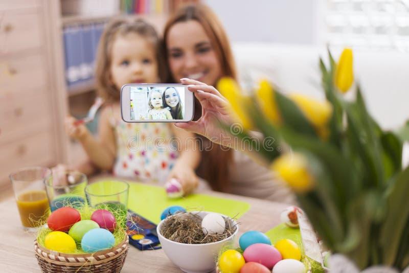 Mutter und ihr Baby während Ostern lizenzfreies stockfoto