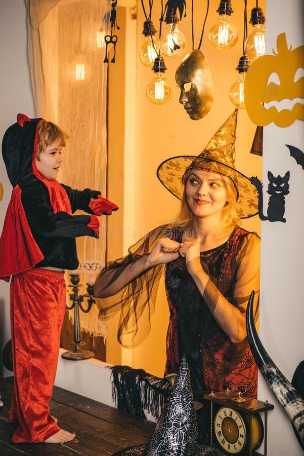 Mutter und ihr Kinderjunge, die zusammen spielen Familienliebe und Halloween-Partei Glückliches Halloween Schöne junge Frau mit stockfoto
