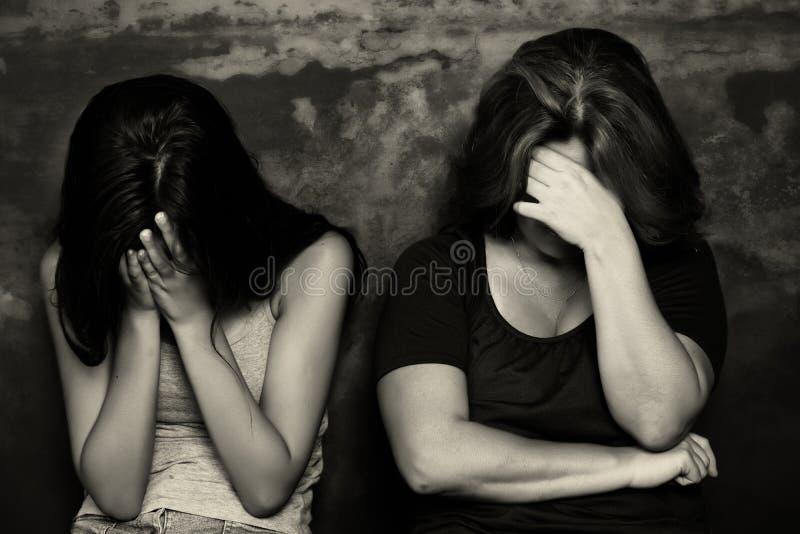 Mutter und ihr Schreien der jugendlichen Tochter stockfoto
