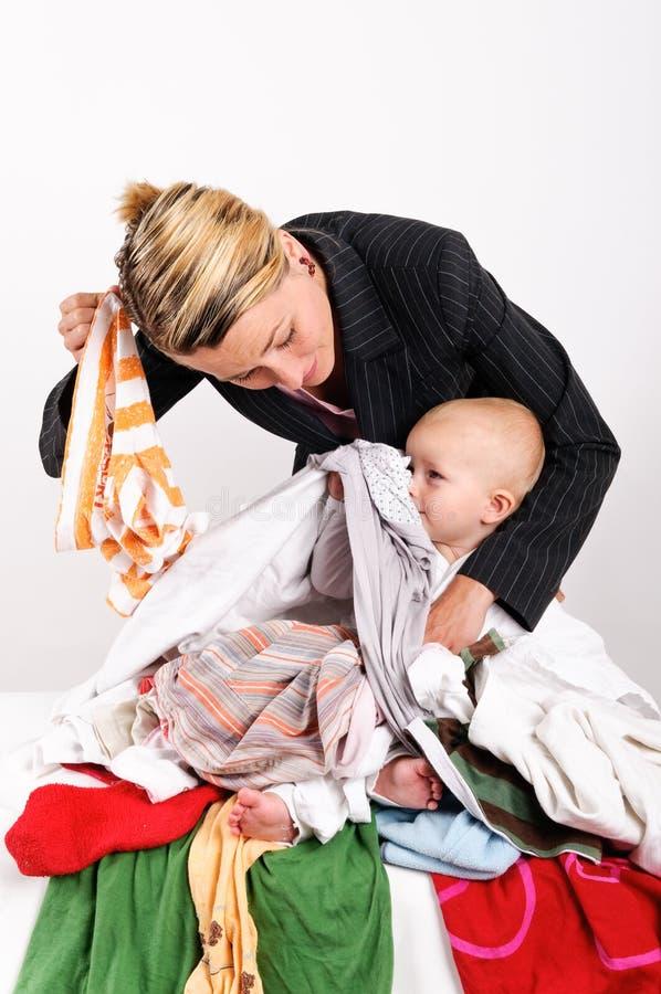 Mutter und ihr Sohn, die Wäscherei tun stockfotografie