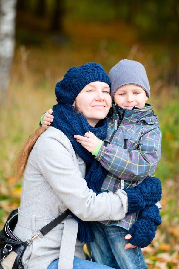 Mutter und ihr Sohn draußen lizenzfreies stockbild