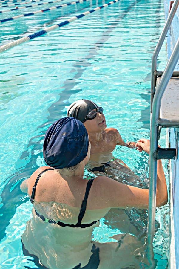 Mutter und ihr Sohn im Swimmingpool Muttergeben stockbilder