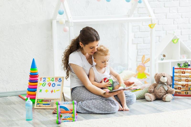 Mutter und ihr Sohnspiel zusammen Innen lizenzfreie stockfotografie