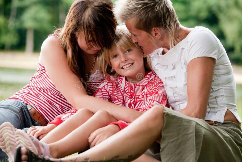 Mutter und ihre 2 Mädchen lizenzfreies stockfoto