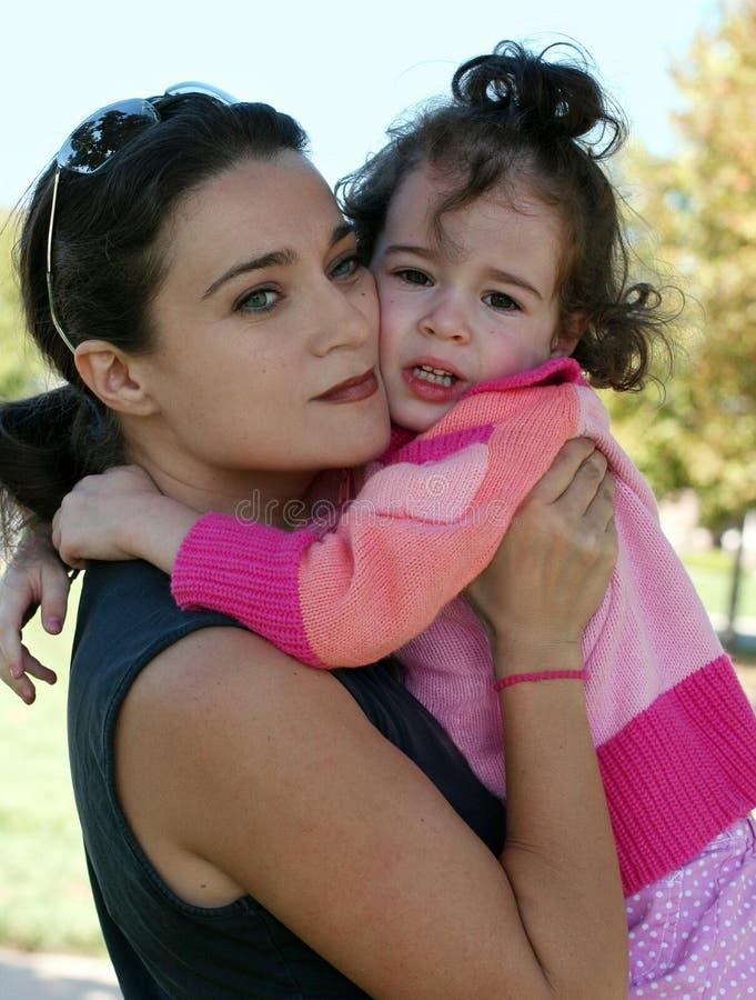 Mutter und ihre schreiende Tochter stockfoto