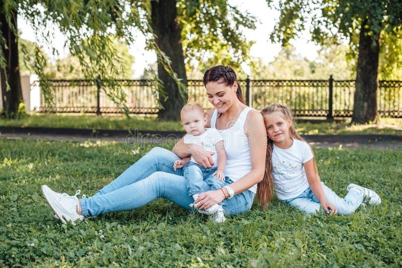 Mutter und ihre Töchter gehen in den Sommerpark stockfoto
