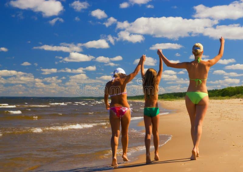 Mutter und ihre zwei Töchter lizenzfreies stockbild