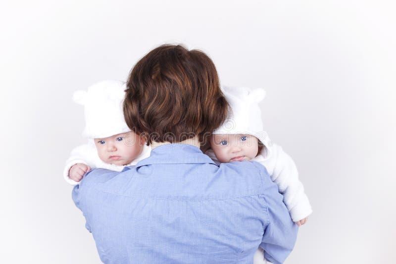 Mutter und ihre Zwillingtöchter stockbild