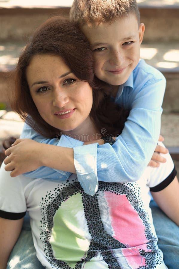 Mutter und jugendlich Sohn stockfotos