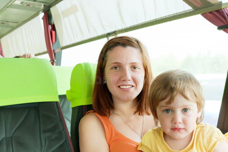 Mutter und Kind, die in Autobus reisen, lizenzfreie stockfotografie
