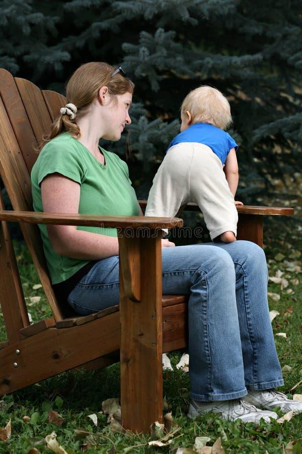 Mutter und Kind, die draußen sitzen lizenzfreie stockfotografie