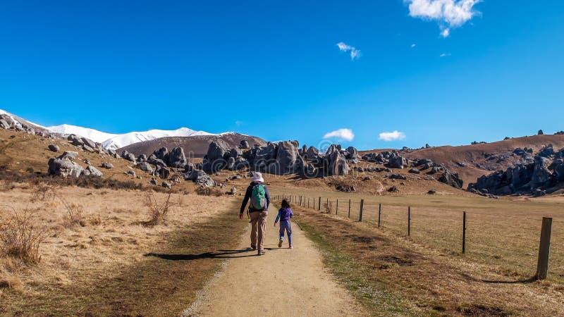 Mutter und Kind, die Naturlandschaft wandern lizenzfreie stockfotografie