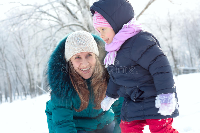 Mutter und Kind, die Spaß draußen am Wintertag haben stockbilder
