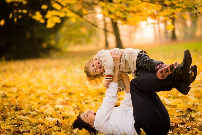 Mutter und Kind, die Spaß haben lizenzfreies stockfoto
